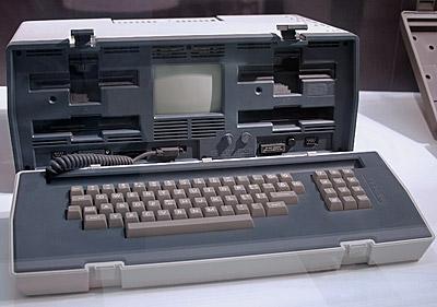 Osborne 1 var den första massproducerade bärbara datorn och lanserades 1981. Skärmen var en 5 tums crt och osborne saknade batteri..jpg